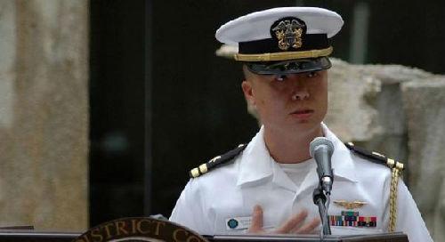 但他表示,这只是为了避免美国海军官员在飞往海外时所要面对的繁复
