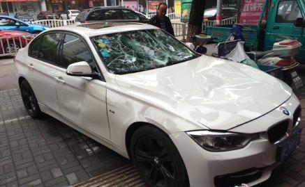 杭州男子新宝马停小区被砸 物业是否负有赔偿责任(2)